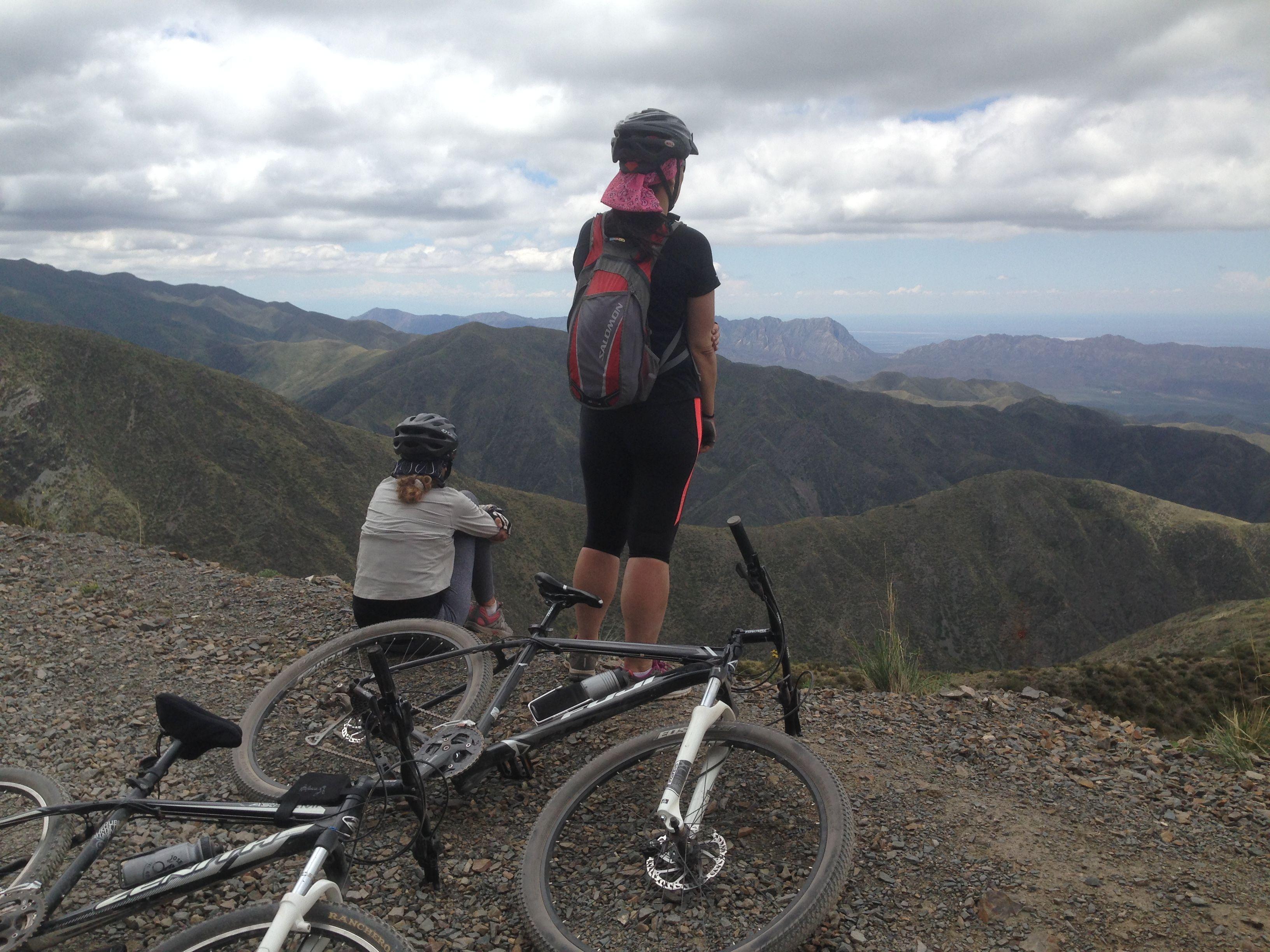El esfuerzo que requiere pedalear en altura se compensa con las postales que regalan las montañas.