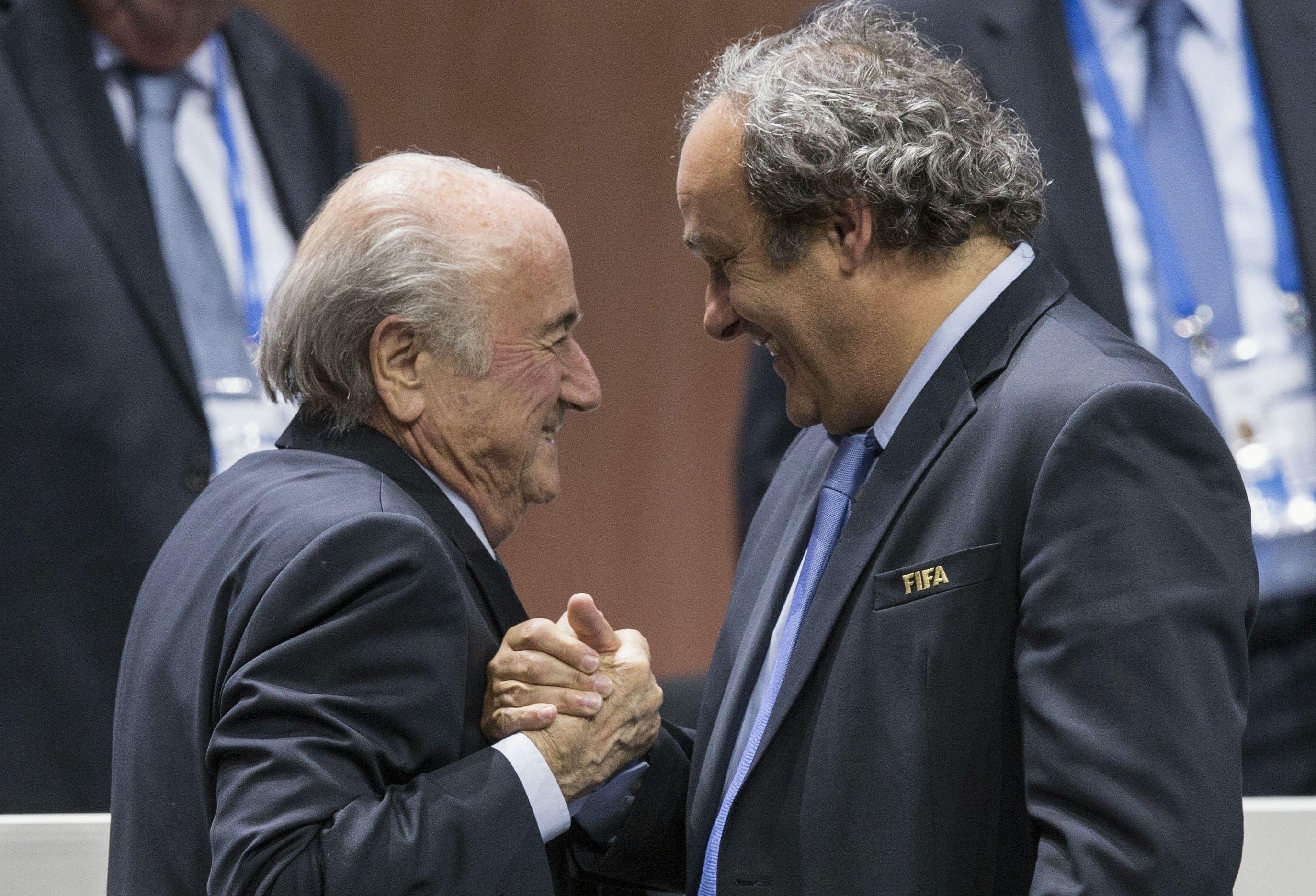 Blatter y Platini no podrán vincularse a ninguna actividad relacionada con el fútbol.