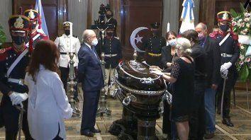 La vicepresidenta Cristina Kirchner acompañó a los familiares del ex mandatario en el inicio del velatorio. Allí estaban la hija del ex presidente, Zulemita Menem, su ex esposa, Zulema Yoma y su hermano, Eduardo, entre otros.