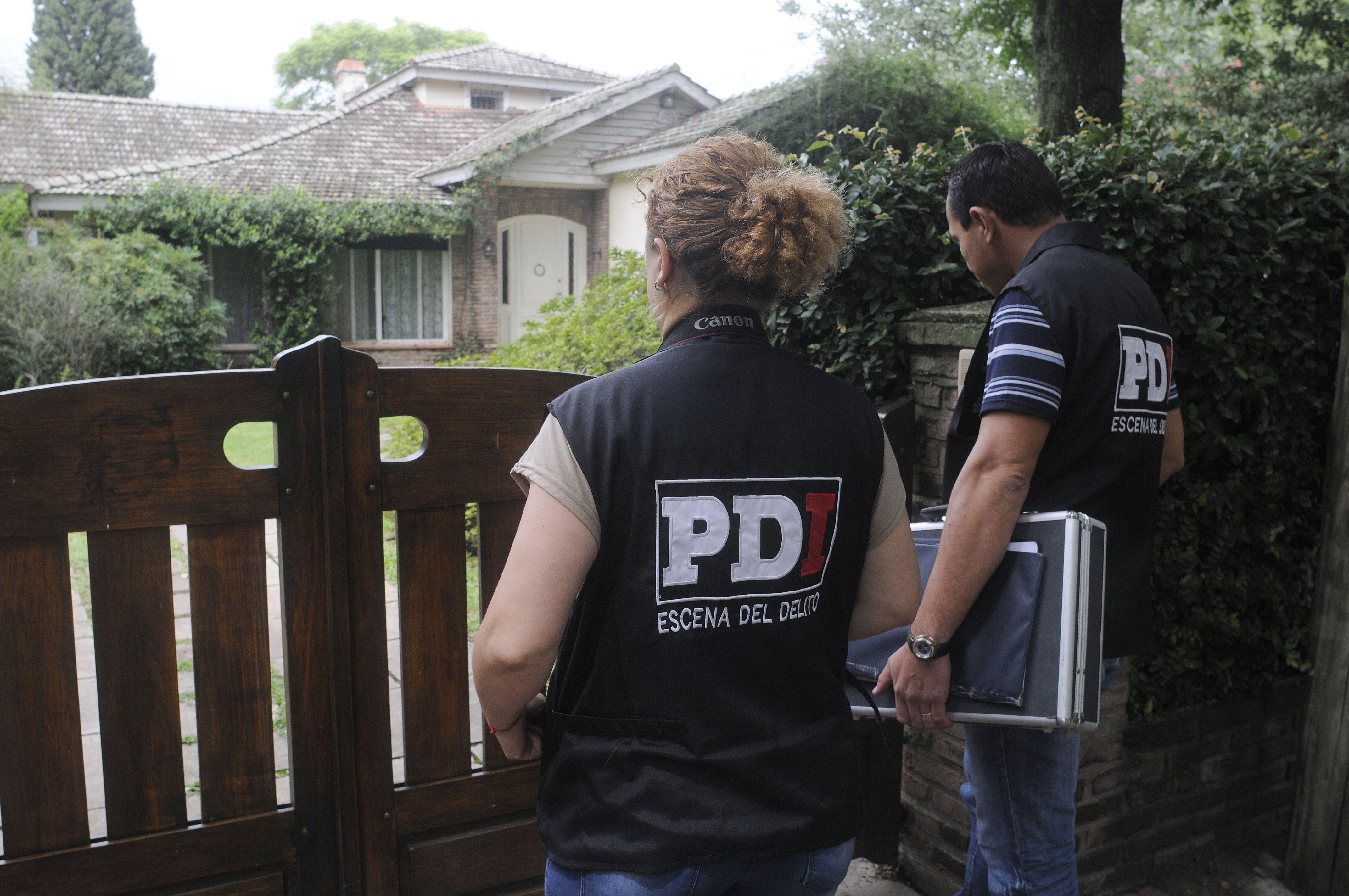 Policías de Investigación en el frente de la vivienda asaltada.  (Leonardo Vincenti)