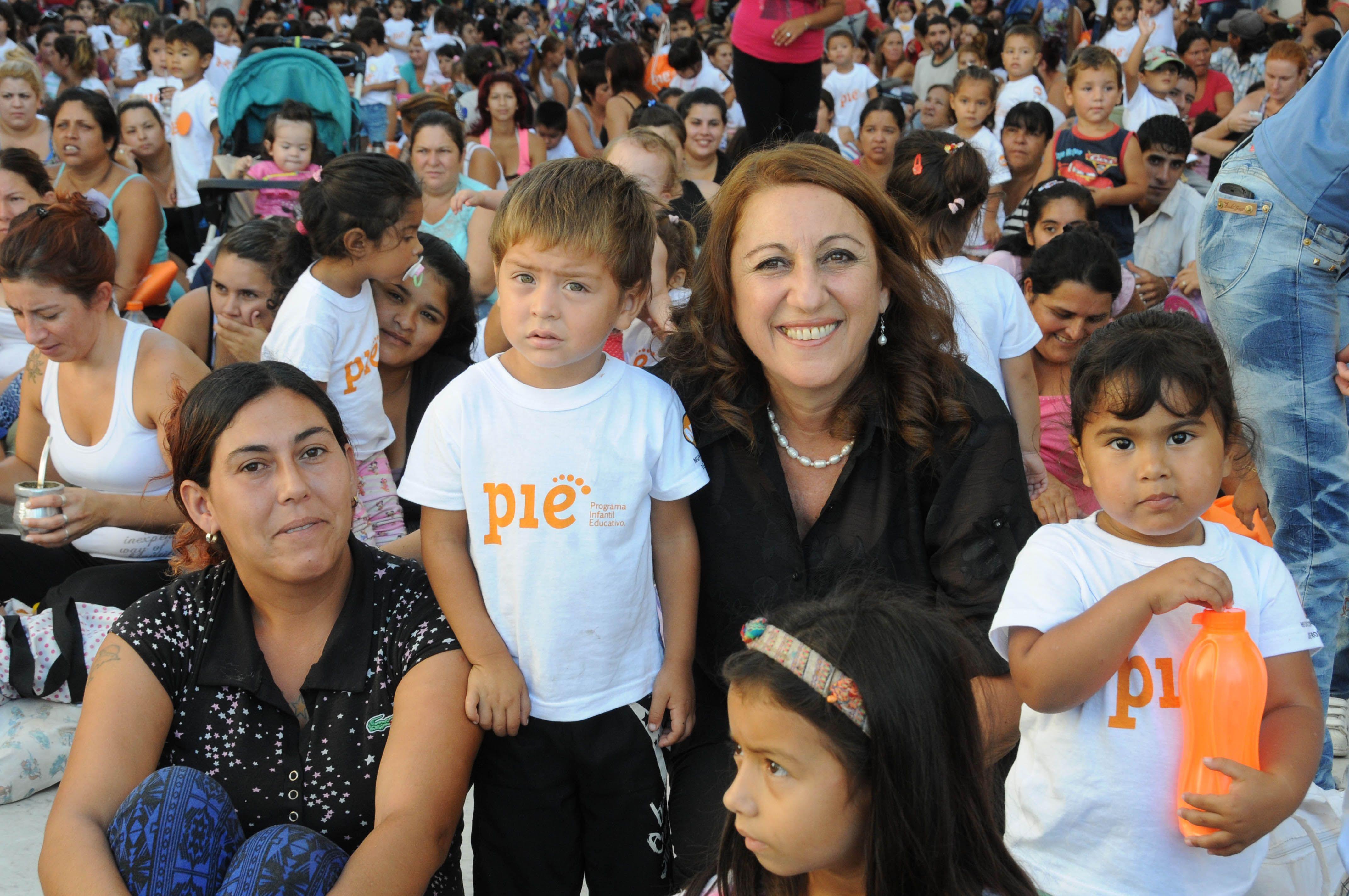 entre sonrisas. La presentación de la iniciativa fue en el Pasaje Juramento. La intendenta posó con los chicos.