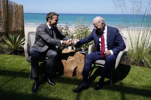 Macron y Biden se saludan en el balneario inglés de Carbis Bay.