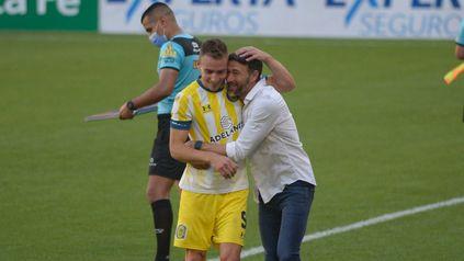 Ruben recibe el saludo afectuoso del Kily en Santiago del Estero.