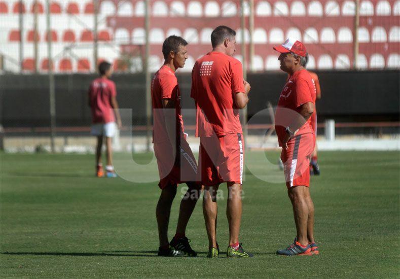 En la imagen se observa al cuerpo técnico conversando sobre cómo encarar el partido ante el Gasolero de Delfino / Foto: Juan Manuel Baialardo - Uno Santa Fe