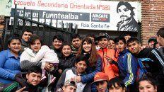 Sandra Rodríguez rodeada por los chicos y chicas de la Escuela Secundaria Carlos Fuentealba.