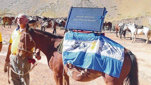 La placa. Uno de los mármoles que identificaban los cuerpos NN de soldados caídos en la guerra se colocó en Mendoza. Una igual iba a colocarse aquí.