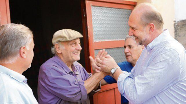 Cerca. Perotti se reunió con vecinos del departamento San Jérónimo.