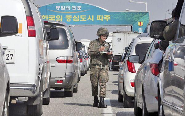 Exodo forzado. Caravanas de vehículos surcoreanos abandonan Corea del Norte ante el peligro de guerra.