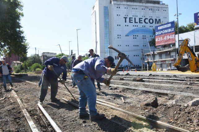 Comenzaron los trabajos en las vías del Cruce Alberdi y hay desvíos de varias líneas de colectivos