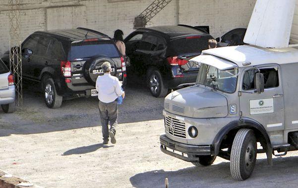 ¿Confidencial? Los dueños de Productos Industriales cargan cajas con información en varios vehículos. (gentileza: Miguel Araya)