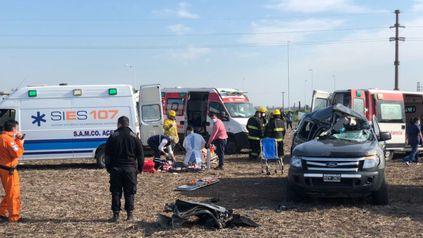 El siniestro vial ocurrió en el cruce de las rutas 14 y AO12, entre un camión y una camioneta. Dos hombres y una mujer resultaron heridos y fueron trasladados el Heca.