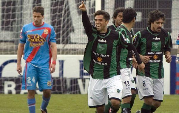 Emanuel Mas festeja su gol. Fue el primero para el equipo sanjuanino. (Foto: Télam)