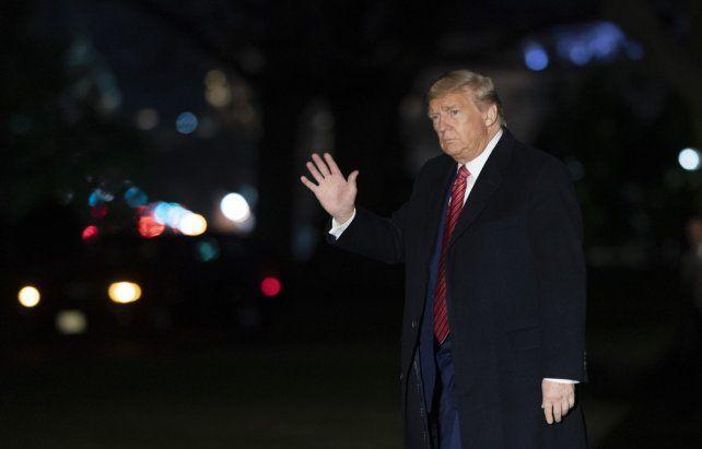 serio. El mandatario saluda en inmediaciones de la Casa Blanca con gesto adusto.