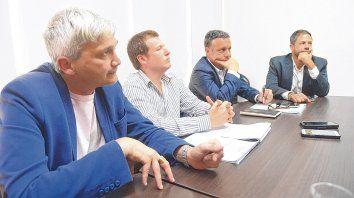 Todos en la mesa. El vice Carloni, el secretario Hanono, el tesorero Raguza y el presidente Di Pollina.