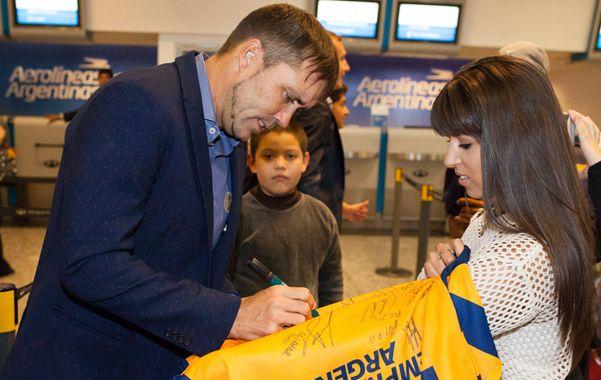 Distendido. El Chacho Coudet firmó camisetas en la aeroestación porteña. (Joaquín Salguero)
