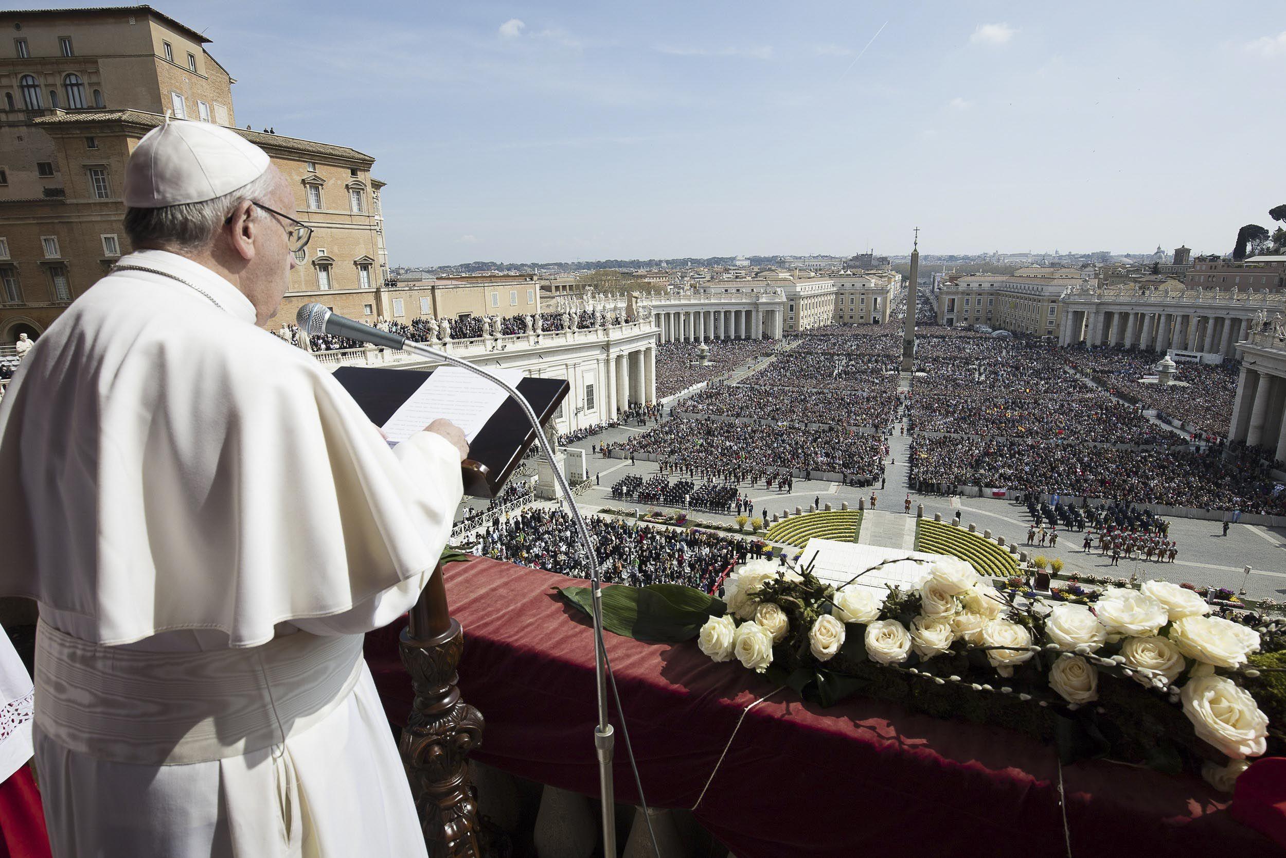 urbi et orbi. El Papa brindó ayer la bendición a la ciudad y al mundo