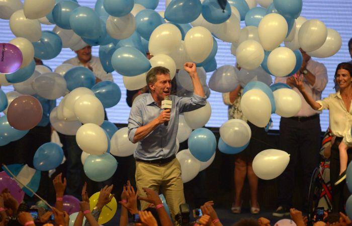 Mauricio Macri festeja su victoria rodeado de globos celestes y blancos. (Foto: DyN)