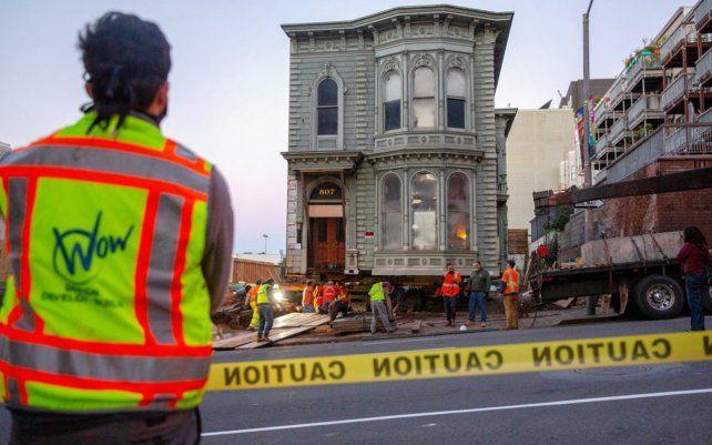 La casa de estilo victoriano edificada en 1880 fue trasladada siete manzanas desde su ubicación original en la ciudad estadounidense de San Francisco. Hacía 45 años que la ciudad no presenciaba esta práctica.