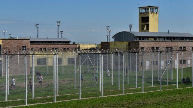 Un video muestra cómo dos presos se fugaron del penal de Piñero escondidos en cajas