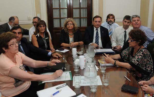 Docentes públicos y privados y funcionarios participaron de la reunión paritaria realizada en la capital provincial.