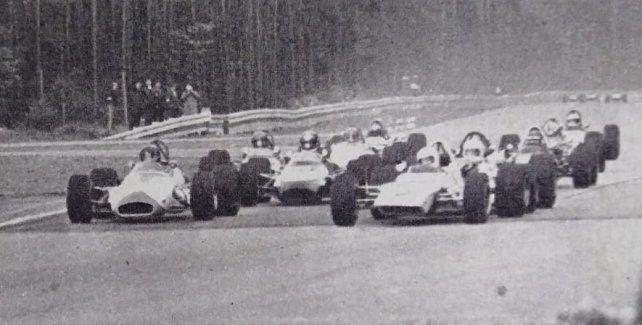 El día de su debut en Europa en Hockenheim, Lole pelea la punta por afuera con Jochen Rindt, quien saldría campeón de F-1 ese año.