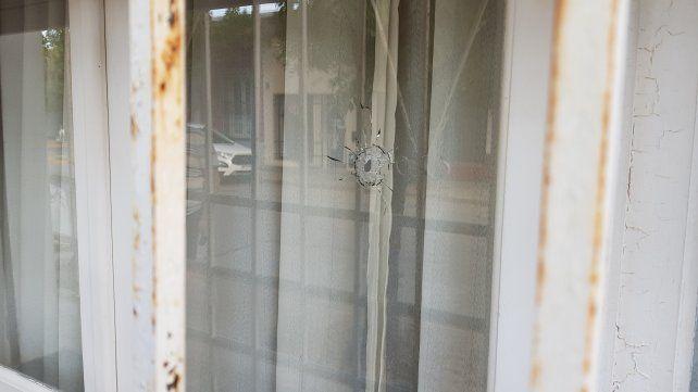 Uno de los orificios en el vidrio de la vivienda producto del ataque a balazos