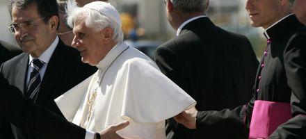 El Papa llegó a EEUU y fue recibido por Bush en el aeropuerto