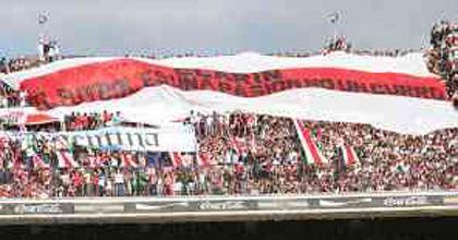 Los hinchas de Boca y River pidieron con banderas y volantes fútbol gratis por TV