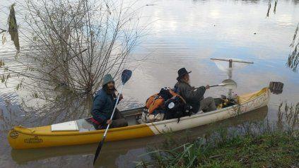 Los dos aventureros, en su piragua, navegando el río.