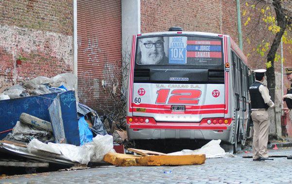 Atroz. El interno 37 de la línea 12 zigzagueó en la calle y arrasó la precaria vivienda en Azara y Quinquela Martín.