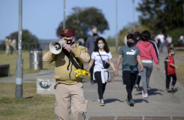 Agentes de la GUM les pidieron este domingo a los rosarinos en los parques que caminaran y no se detuvieran.