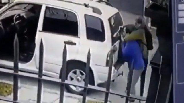 Lo quisieron asaltar pero sus perros aparecieron para defenderlo