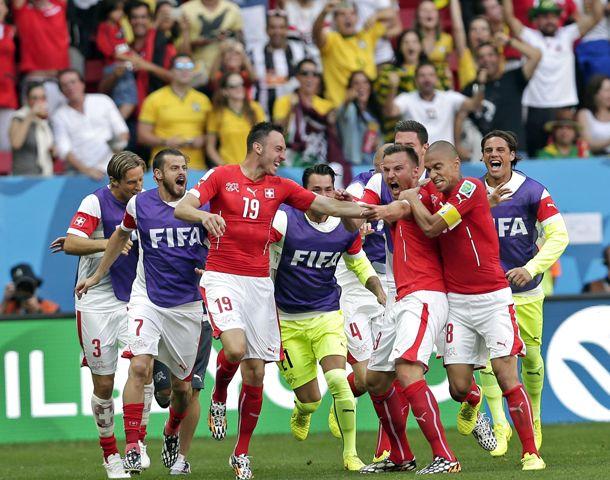 El suizo Seferovic anotó el 2-1 y desata el furioso festejo.