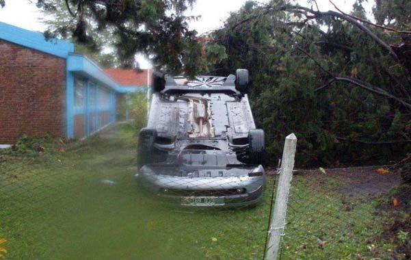 Devastador. Uno de los autos tumbados por la fuerza del tornado que azotó General Ramírez