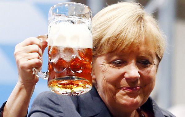 Bienestar. Merkel brinda por la bonanza económica. La mujer más poderosa del mundo se acerca a su tercer mandato.