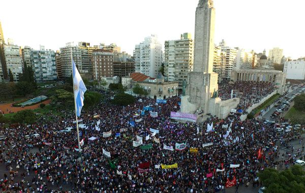 Una multitud se adueñó del Monumento a la Bandera para repudiar toda forma de violencia contra la mujer.