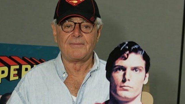 Donner posa con una imagen de Superman, protagonizada por Christopher Reeve.