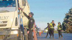 Bajo la lupa. Un policía le toma la temperatura a un camionero, ayer por la tarde, en el peaje que la autopista a Buenos Aires tiene en General Lagos.