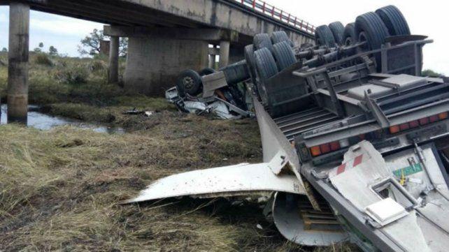 Cuesta abajo. El vehículo se precipitó desde un puente.