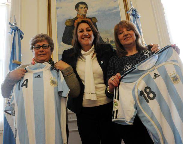 La foto. La mamá de Masche y de Maxi Rodríguez posan con la intendenta de la ciudad durante la reunión en el Palacio Municipal. (Foto: S. Moriconi)