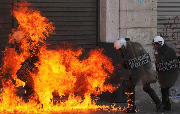 Policias griegos son alcanzados por una molotov