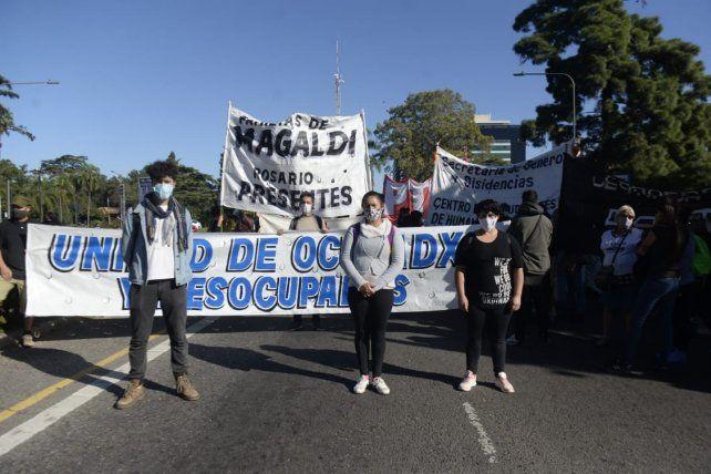 Un grupo de trabajadores se movilizó en la esquina de Oroño y Pellegrini.