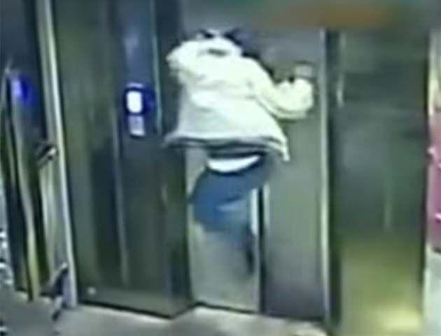 Un borracho destrozó de una patada la puerta del ascensor y cayó al vacío