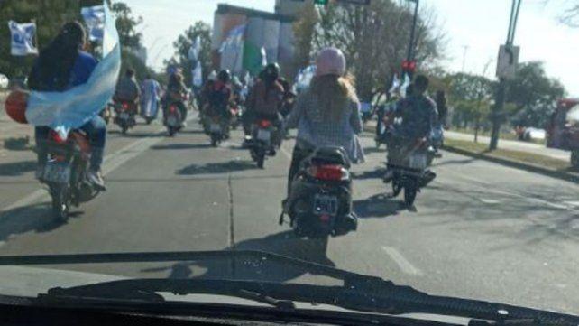 Manifestantes se desplazaron en moto y auto por la avenida de la Costa. (@delfradecarlos)