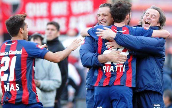 Dedicado al cuerpo técnico. Piatti celebra su gol con Pizzi y Manuel Suárez.