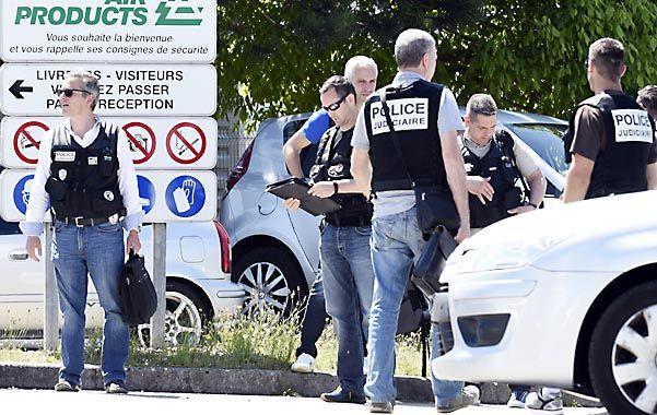 En la mira. La policía francesa busca pruebas frente a la planta de gases industriales cercana a la localidad de Lyon.
