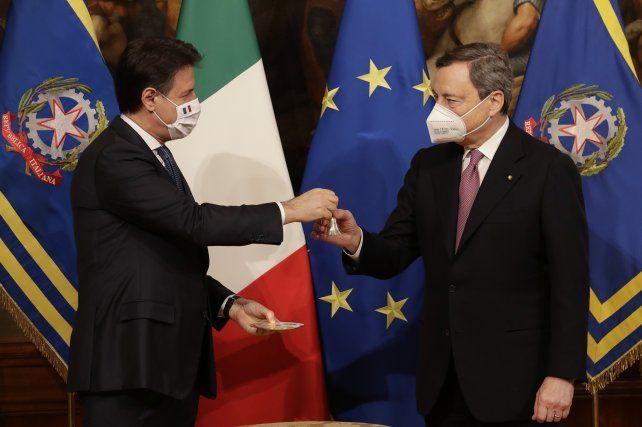 Traspaso. Giuseppe Conte le entrega a Mario Draghi una pequeña campanita que simboliza el cargo de primer ministro.