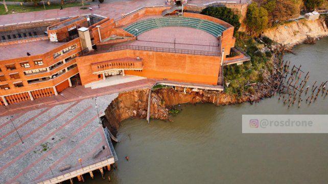 Personal técnico de la Secretaría de Obras Públicas evalúa los daños causados por el desmoronamiento frente al Parque de España.
