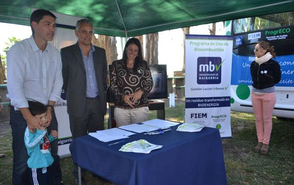 Micro ecológico. Autoridades firmaron el convenio y presentaron uno de los colectivos adaptados para biodiesel.
