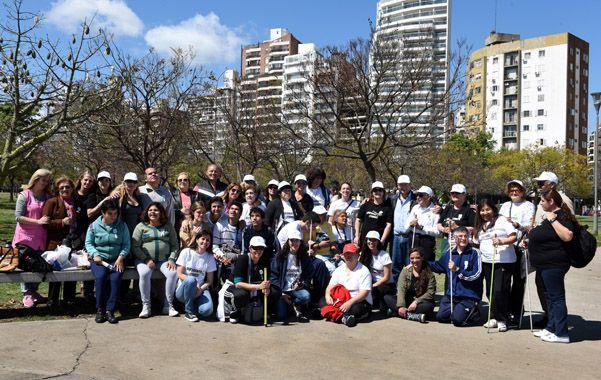 Grandes y chicos del Centro Luis Braille repartieron folletos en el parque de las Colectividades. (Celina Mutti Lovera / La Capital)